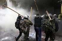 Policie použila v ulicích Atén slzný plyn.