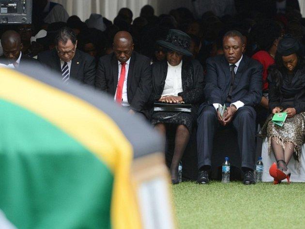 Rodina zavražděného brankáře fotbalistů JAR Senzo Meyiwy při smutečním obřadu na stadionu v Durbanu.
