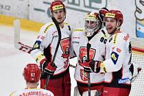 Hokejisté Hradce Králové se radují z gólu proti Mladé Boleslavi.
