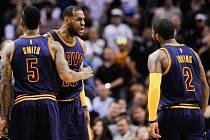 Basketbalisté Clevelandu (zleva) Smith, LeBron James a Kyrie Irwing.