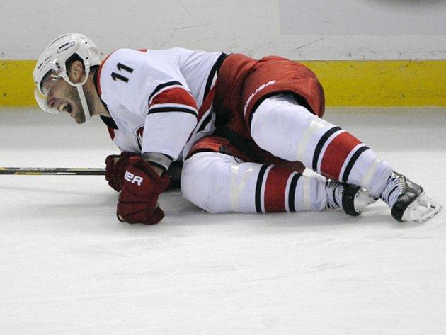 Svíjel se bolestí. Jordan Staal z Caroliny si v přípravě NHL zlomil nohu.