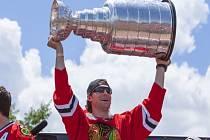 Michael Frolík se Stanley Cupem při oslavách s fanoušky Chicaga.