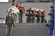 Desítky vojáků, členů obce legionářské a sokolů se 4. září v Národním památníku na pražském Vítkově rozloučily se zesnulým generálem Tomášem Sedláčkem.