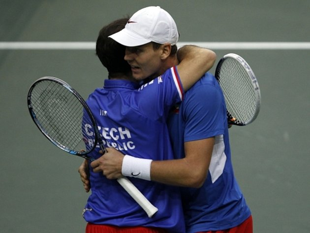Radek Štěpánek a Tomáš Berdych se radují z vítězství ve čtyřhře nad Španělskem ve finále Davis Cupu.