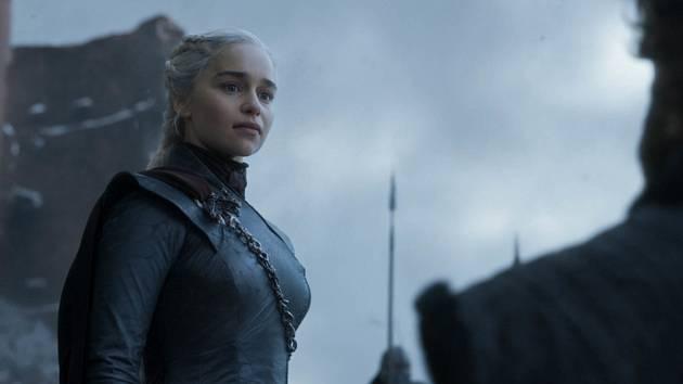 Herečka Emilia Clarkeová v roli Daenerys Targaryen v seriálu HBO Hra o trůny