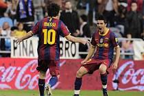 Hvězdy Barcelony Lionel Messi (vlevo) a David Villa se radují z gólu.