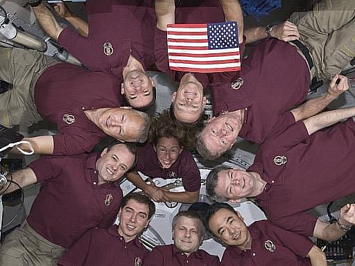 Čtyřčlenná posádka raketoplánu Atlantis se rozloučila s posádkou Mezinárodní vesmírné stanice (ISS) a nastoupila do raketoplánu.