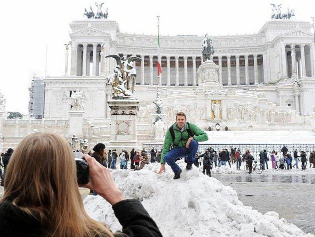 Sníh v Římě i na jiných místech v Itálii vyvolal chaos. Turisté však získávají zajímavé fotografie.