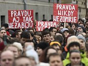 Demonstrace za nezávislé a důkladné vyšetření vraždy slovenského novináře Jána Kuciaka a jeho partnerky Martiny Kušnírové a za vznik nové a důvěryhodné vlády na Slovensku, 9. března 2018 u slovenského velvyslanectví v Praze.