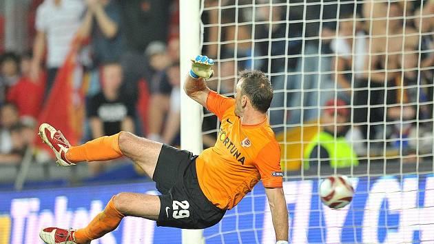 Sparťanský brnakář BLažek inkasuje z penalty druhý gól od PSV Eindhoven.