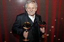 Karel Šíp s letošními cenami TýTý za osobnost zábavy a pořad roku v Divadle na Vinohradech.