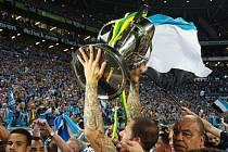 Fotbalisté Gremia s trofejí pro vítěze poháru.
