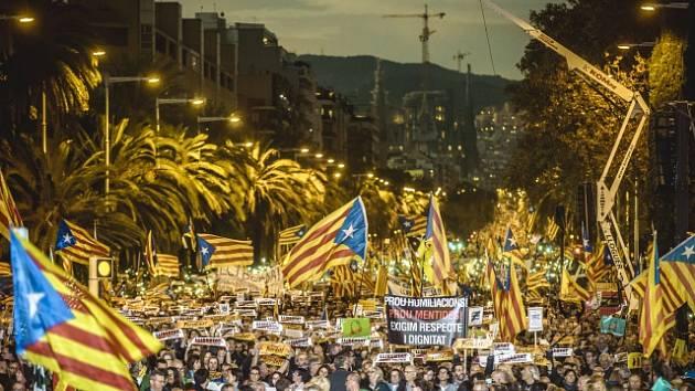 Masivní demonstrace požadující propuštění katalánských představitelů, Barcelona