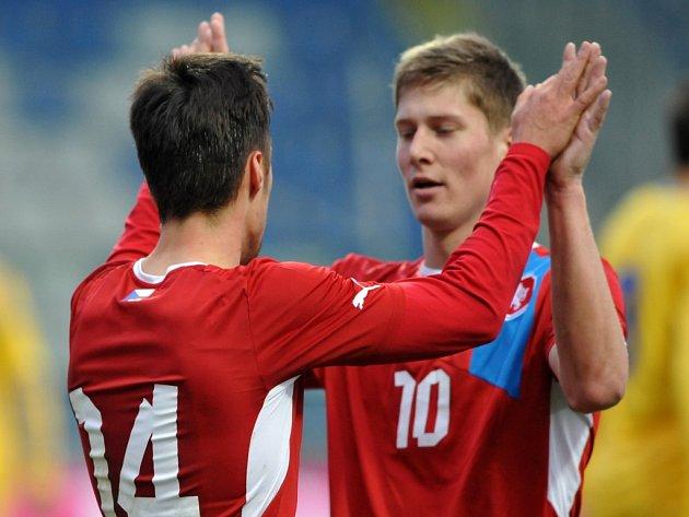 Fotbalisté do jednadvaceti let Václav Kadlec (vlevo) a Jakub Rolinc se radují z gólu proti Ukrajině.