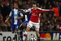Záložník Arsenalu Tomáš Rosický (v červeném) v odvetě osmifinále Ligy mistrů proti Portu.