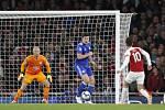 Fotbalista Arsenalu Mesut Özil (druhý zprava) dává gól Leicesteru.