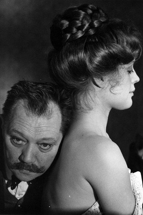 Rudolf Hrušínský a Magda Vašáryová ve filmu Postřižiny.