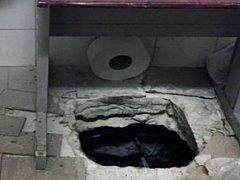 Přímo do budovy poštovního úřadu v centru tohoto města na jihu Itálie se zatím neznámí lupiči dostali z kanalizačního systému dírou, kterou si prokopali pod umyvadlem v koupelně.