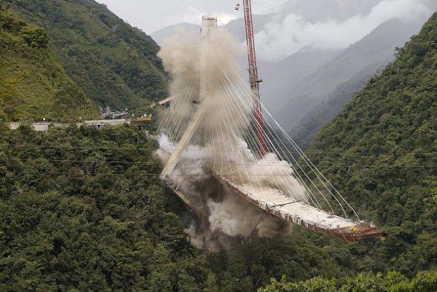 Bourání mostu v Kolumbii
