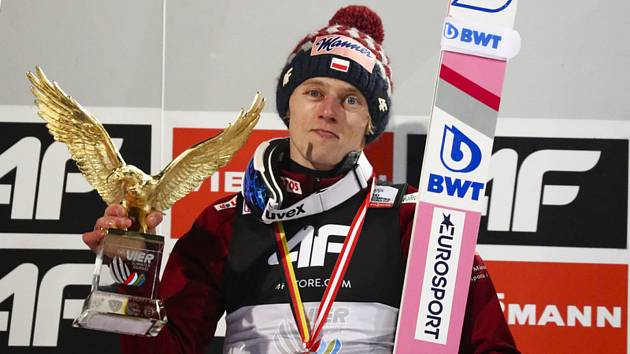 Polský skokan na lyžích Dawid Kubacki s trofejí pro vítěze Turné čtyř můstků.