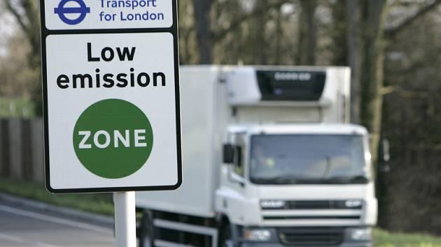 Zde začíná nízkoemisní zóna. Vůz právě míjí označení v londýnském Coulsdonu.