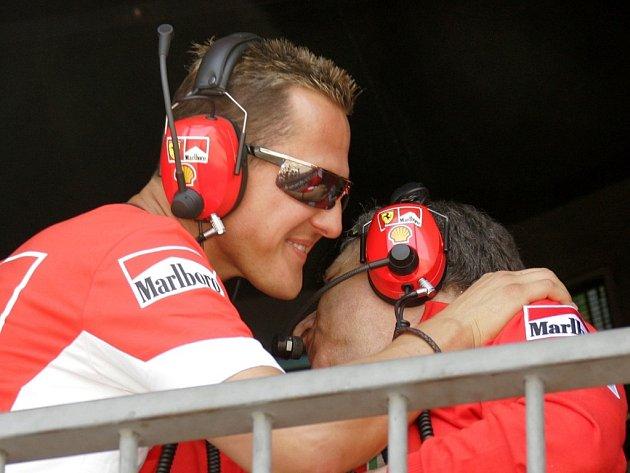 Jean Todt (vpravo) v objetí Michaela Schumachera.