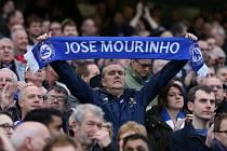 Chelsea - Sunderland: Mnozí fanoušci se transparenty, šálami i pískotem postavili za odvolaného Josého Mourinha