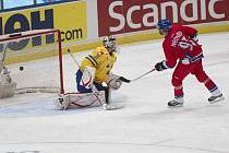 Petr Nedvěd rozhoduje utkání proti Švédsku.