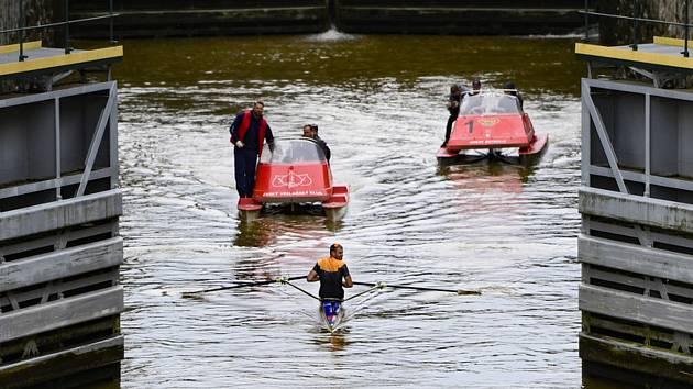 Skifař Ondřej Synek 6. září 2019 v Praze závodí s vozem Škoda CITIGOe iV. Startovalo se od loděnice pražské Dukly, cíl je u vodáckého kanálu v Troji.