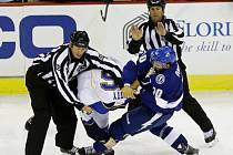 Zápas mezi St. Louis a Vancouverem okořenila i bitka mezi Dotem (vlevo) a Angelidisem.