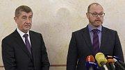 Premiér Andrej Babiš (vlevo) uvedl 18. prosince 2017 v Praze do funkce ministra školství, mládeže a tělovýchovy Roberta Plagu (vpravo).