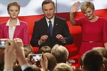 V nedělním prvním kole polských prezidentských voleb podle neoficiálních odhadů zvítězil kandidát největší opoziční strany Právo a spravedlnost (PiS) Andrzej Duda.