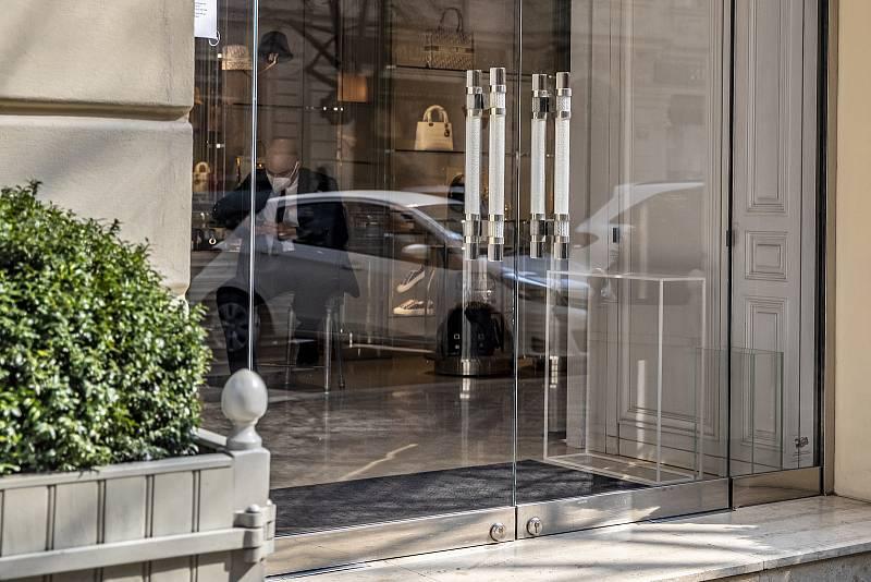 """Podle statistik v Pařížské ulici kromě domácích zákazníků nejvíc v dobách """"před koronavirem"""" utráceli turisté z USA, Ruska, Asie a Německa."""