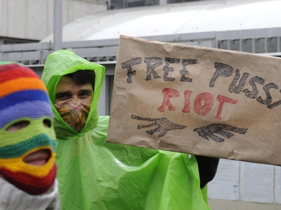 Z protestů proti zadržení Pussy Riot.