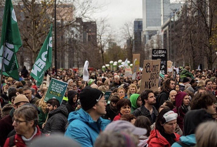 V Bruselu pochodovaly za boj proti klimatickým změnám desetitisíce lidí