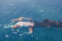 Hořící ropný tanker. Ilustrační foto