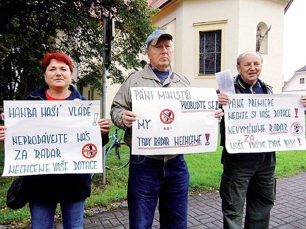 Obyvatelé Skořic veřejně vyjadřují svůj nesouhlas s umístěním americké radarové základny v ČR. Na snímku (zprava) Josef Boula a manželé Fryjaufovi.