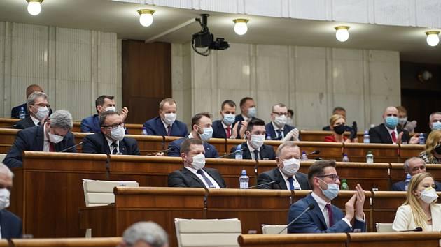 Slovenští poslanci v rouškách