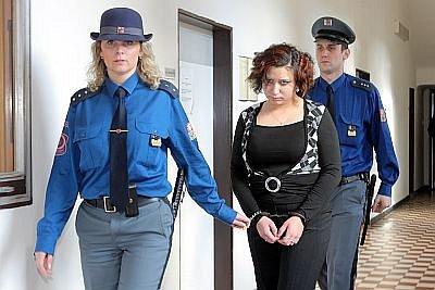 Třiadvacetiletá Lucie Žigová přichází do soudní síně