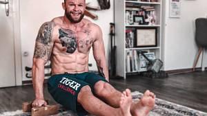 Strongman Jiří Tkadlčík ukazuje čtenářům Deníku, jak cvičit v době karantény.