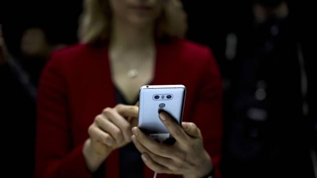 Žena s mobilním telefonem. Ilustrační snímek