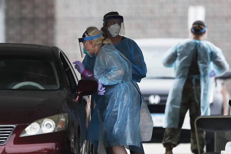 Odběrové místo k testování lidí s podezřením na koronavirus na pozemku střední školy v americkém městě Waukee ve státě Iowa