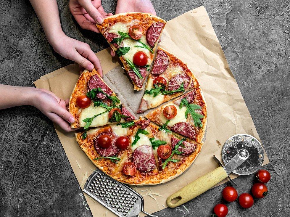 Pizza se salámem, mozzarellou a cherry rajčátky