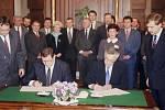 Vladimír Mečiar a Václav Klaus podepsali 29.října v Praze 16 dohodu o budoucí spolupráci mezi oběma republikami. Češi a Slováci se rozešli 1. ledna 1993