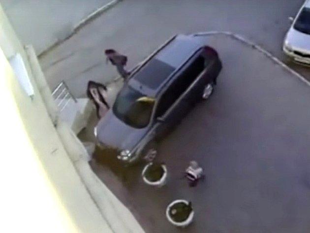 """Řidič Nissanu """"přišpendlil"""" chodkyni ke zdi na několik sekund."""
