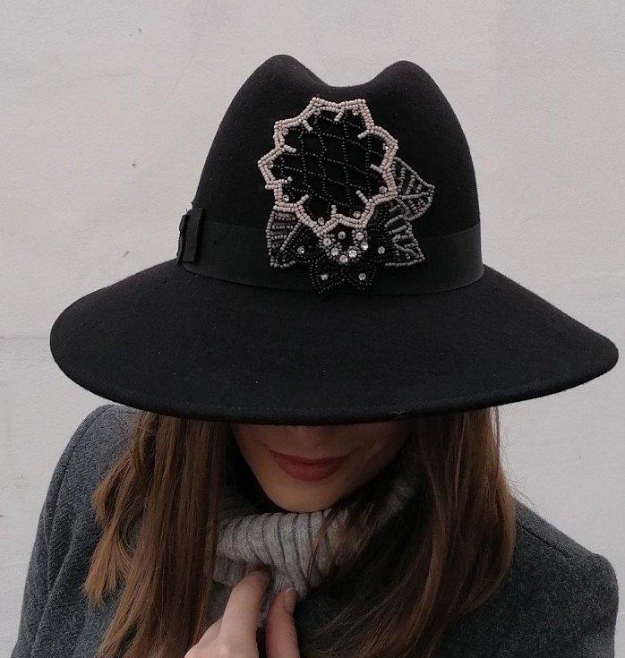 Trendem jsou také dámské klobouky v pánském stylu.