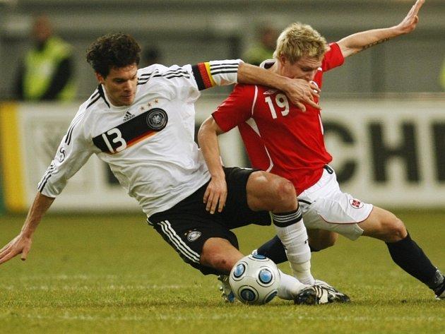Němec Michael Ballack (vlevo) a Nor Björn Helge Riise v souboji o míč.
