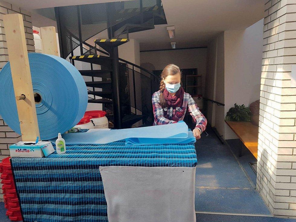 Vhodnou textilii dobrovolníkům poskytla firma PFNonwovens Czech.