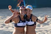Markéta Nausch Sluková (vpravo) a Barbora Hermannová se radují z evropského bronzu.