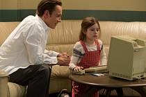 OTEC A DCERA. Klíčová chvilka Jobse s dcerou: u počítače. (Michael Fassbender a Ripley Sobo).